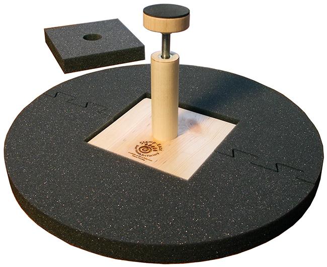 Accesorio para sostener la parte inferior de recipientes mientras estampa su marca de fabricante