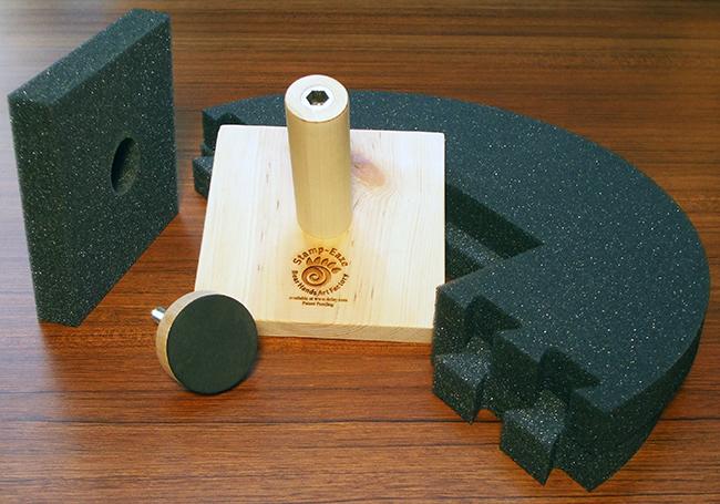 Stamp-Eaze, accesorio de soporte ajustable para marcas superiores en el centro de la parte inferior de su trabajo.